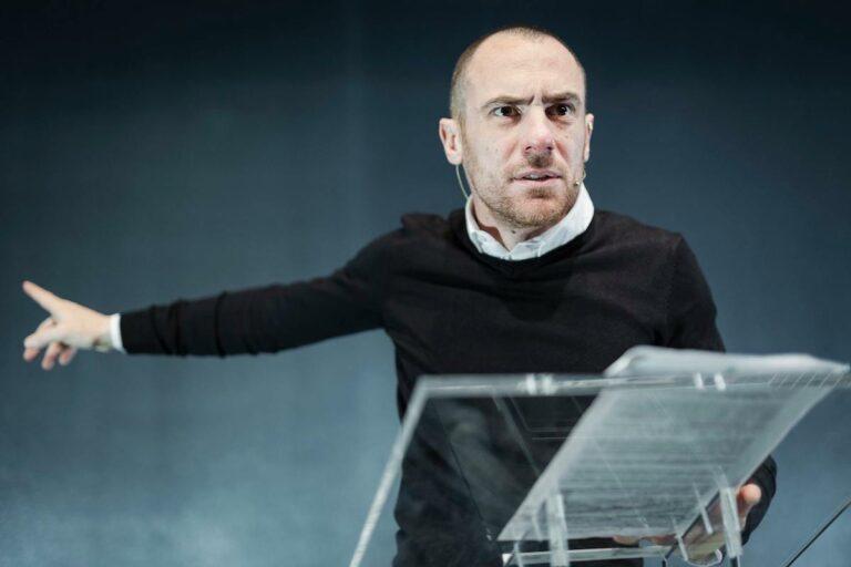 """Successo ad Asti per lo spettacolo virtuale di Elio Germano """"Segnale d'allarme – Smart Watching"""""""