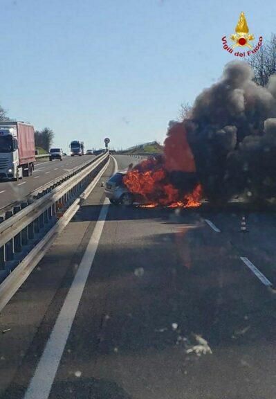Asti, auto a fuoco sull'autostrada A21