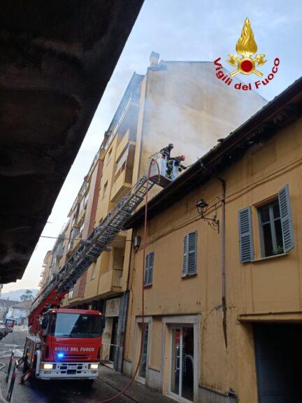 Canelli, a fuoco il tetto di una palazzina