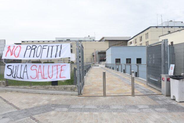 Asti, manifestazione della Società della Cura davanti al Massaia