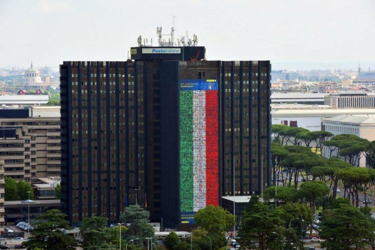 Poste Italiane, i volti di cinque dipendenti astigiani sulla super bandiera per tifare gli azzurri