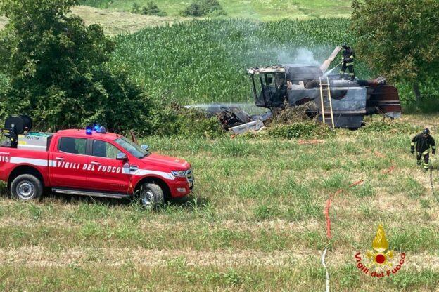 A fuoco una mietitrebbia in un campo di Moncucco