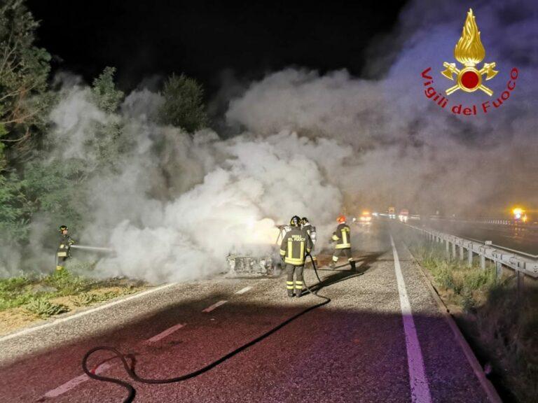 Auto in fiamme sull'A21