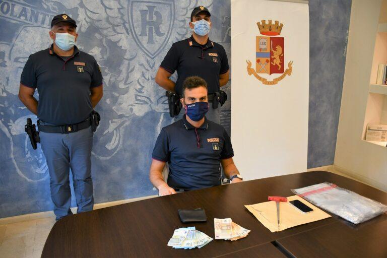 Asti, si scambiavano droga in piazza Catena: la polizia arresta un uomo e ne multa un altro