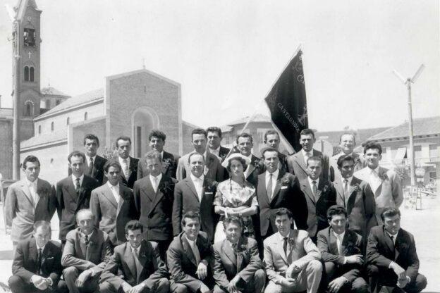 A Castagnole Lanze i coscritti donano al Comune la bandiera della leva 1930