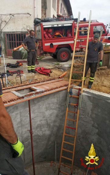 Tigliole, Uomo cade in una cisterna: salvato dai vigili del fuoco