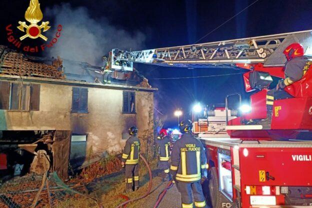 Incendio in una cascina di San Paolo Solbrito: evacuata una coppia di anziani